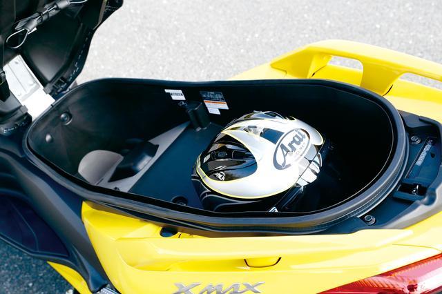 画像: シート下のトランクは容量約45L、ヘルメット2個を収納することが可能。滑らかに開閉できるダンパーや、夜間に便利なLED照明も装備。