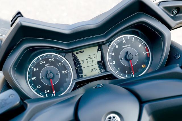 画像: 燃料計、水温計、距離計、燃費計などの機能を備える大型液晶を用いた多機能ディスプレイを中央に、左に速度計、右に回転計をレイアウト。