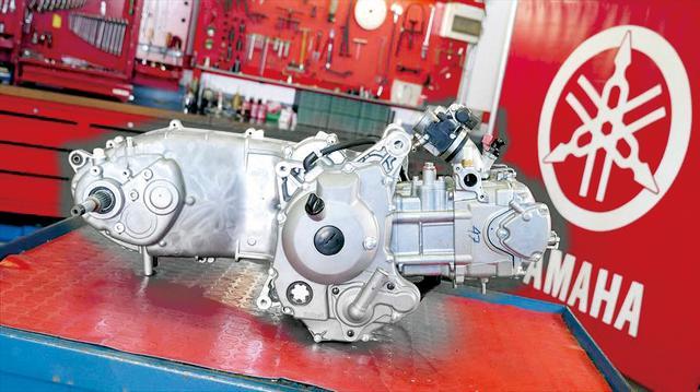 """画像: 走りの楽しさと燃費・環境性能の両立を目指す""""ブルーコア""""エンジン。セミドライサンプ、アルミ鍛造ピストンなどの採用でロスを低減。"""