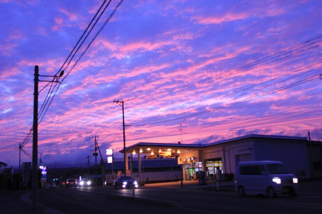 画像: 青森のコンビニから見た夕空。青とピンクの交じる空はすごく綺麗で、頭痛に耐えながら見とれていました。