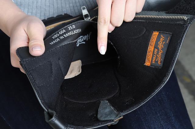 画像: 写真だとちょっと見づらいのですが、車体に当たりやすいくるぶし部分にクッションパッドがついています。