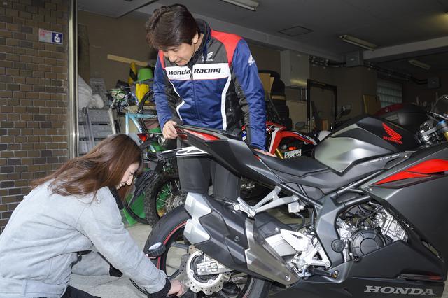 画像: 毎回お馴染みの、タイヤの空気圧点検は私の仕事。0.1kPaの違いでも気がつく伊藤さんだけに、キッチリ車両の指定圧に調整しました。