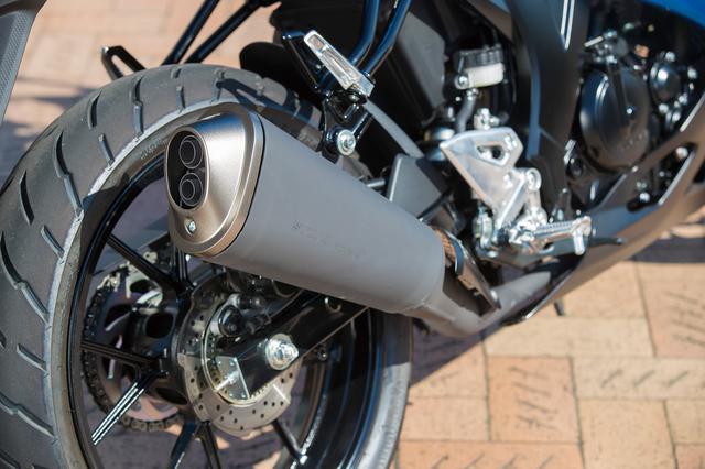 画像: スポーティなデザインのサイレンサー。2つの排気口の直径が異なるデュアルテールエンドを採用して上質でレーシーな排気音を実現した。