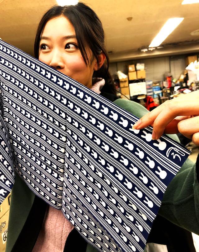 画像: 好評の『ウサ絞り手ぬぐい』。本格的な手染めの日本手ぬぐいです。角にある「鎌」と「う」のマークの意味わかる? 「かまわぬ」ならぬ「かまう」と読むんだとか。女性にも人気のアイテムです。