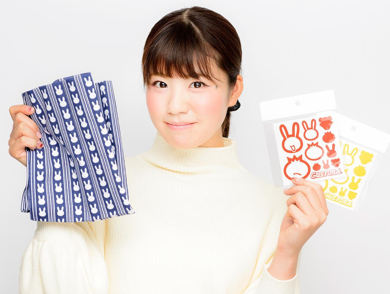 画像: 向かって左が『ウサ絞り手ぬぐい』。本格的な手染めの日本手ぬぐいです(イベント特価:1,500円)。 右が、『カス虎・オリジナルステッカーVer.4.0 TypeR』。3M製の反射素材(赤/黄/銀)で、曲面への貼りやすさ・耐候性とも抜群の素材です(イベント特価:1,200円)。