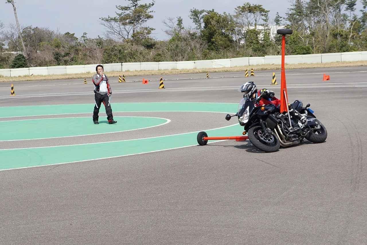 画像: アウトリガー装着車による走行練習。めったにできない体験です。