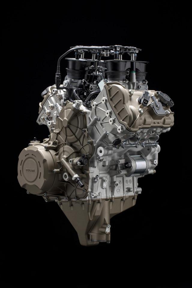 画像: MotoGPマシンと同じレイアウトのエンジンは単体重量64 . 9㎏で1285㏄の2気筒より僅かプラス2 . 2㎏に抑えられている。後傾42度で車体に搭載される。