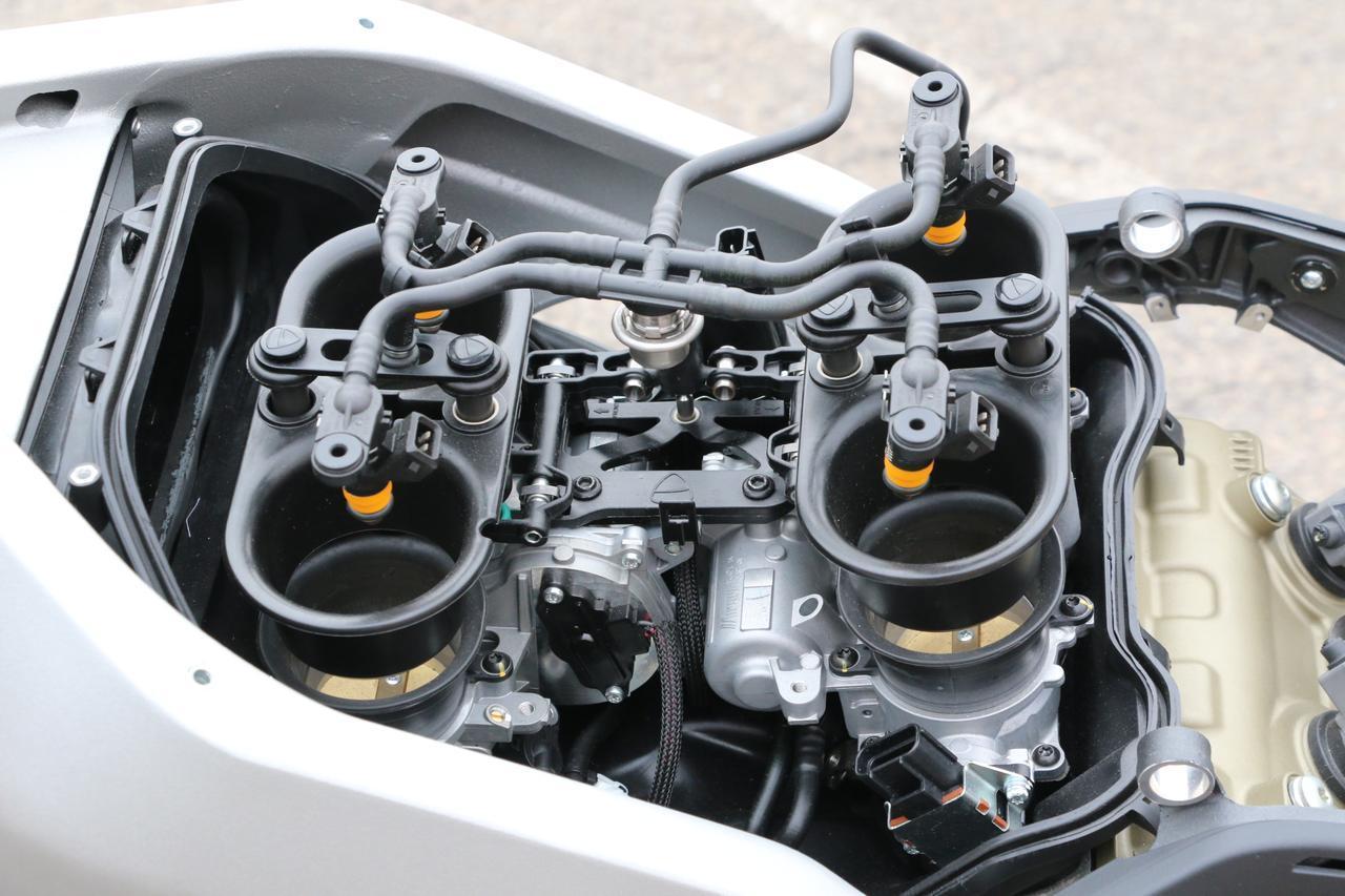 画像: 52㎜径相当の楕円スロットルボディに電動で上下する可動ファンネルを装着するインジェクション。2インジェクター/1気筒の吹け上がりはスムース&パワフル。