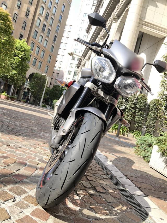 画像: もちろん自分のトライアンフ・ストリートトリプルRにも装着済み。タイヤのパターンデザインは、基本配列は「Roadsport」を踏襲しながら、新型コンパウンドに対応したチューニングがほどこされています。