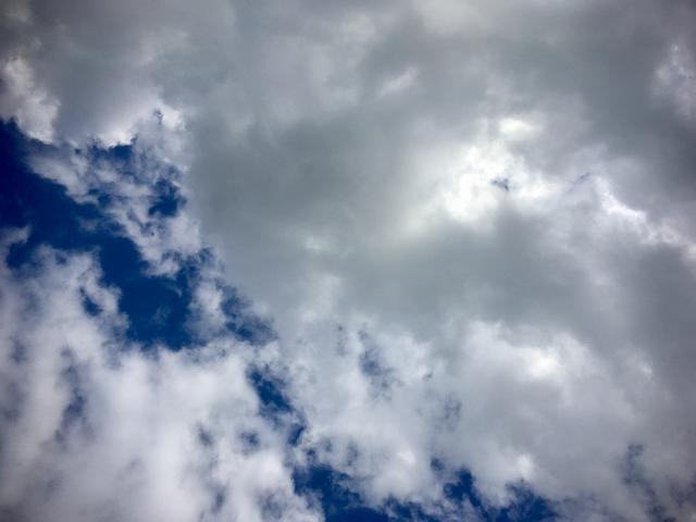 画像: ここで寝転んで見る空は最高に気持ちいいの。 パラグライダーのひとたちもいるくらいの気持ちいい景色