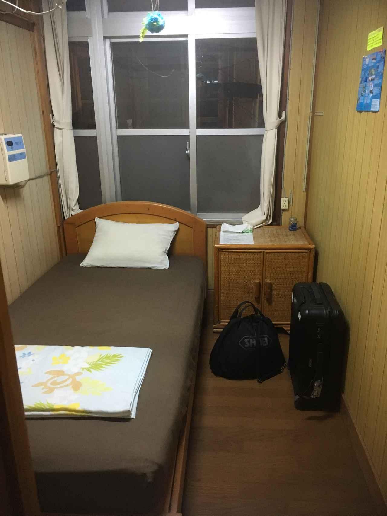 画像: ちなみに、島から島へとふらふらするひとり旅。石垣島では、えみっくすさんという宿へ。素泊まり1500円。この日は個室しか空いてなくて、こちらのお部屋は2500円なり。島に着いてから電話して予約しました。