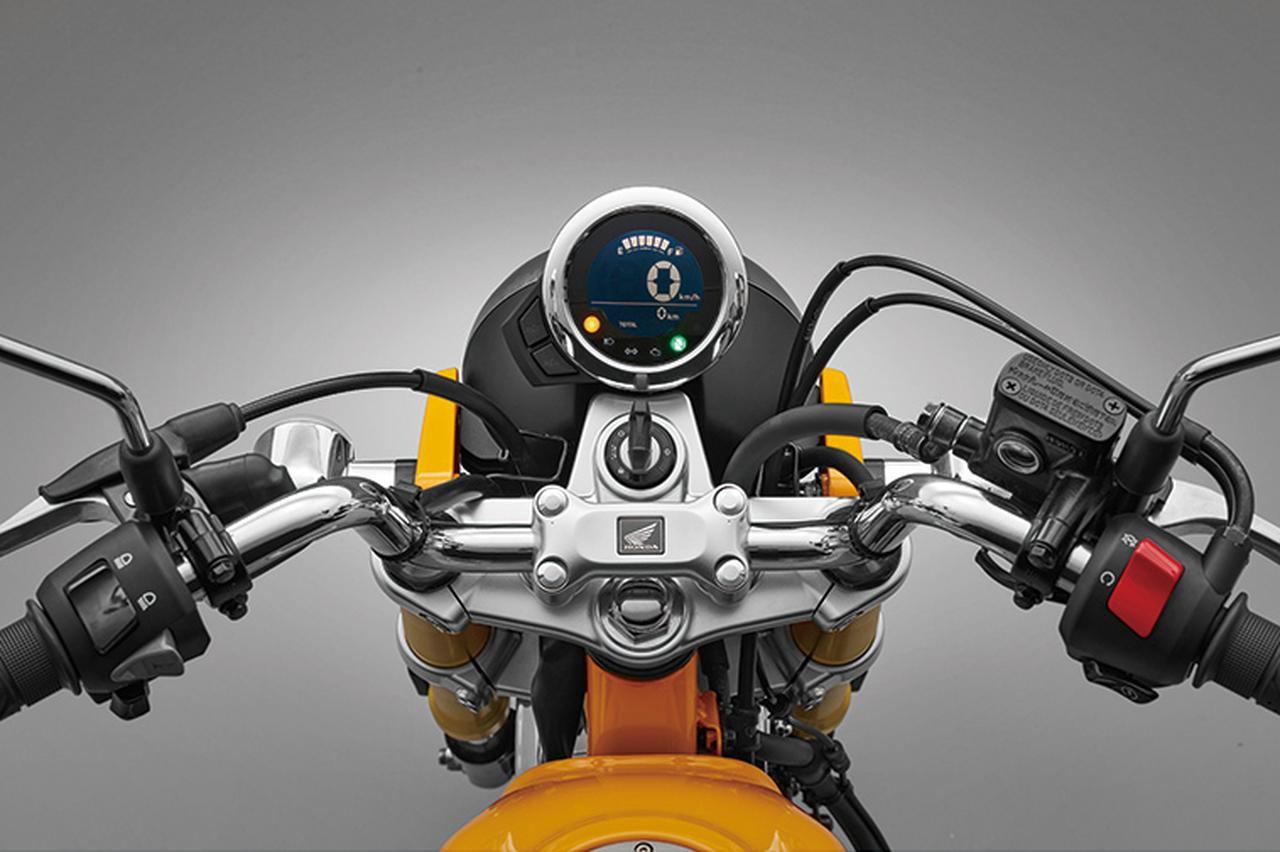 画像: クロームでボディを仕上げたメーター画面は、ネガティブ液晶に大きく速度をデジタル表示し、その上にバーグラフ式の燃料計をレイアウト。