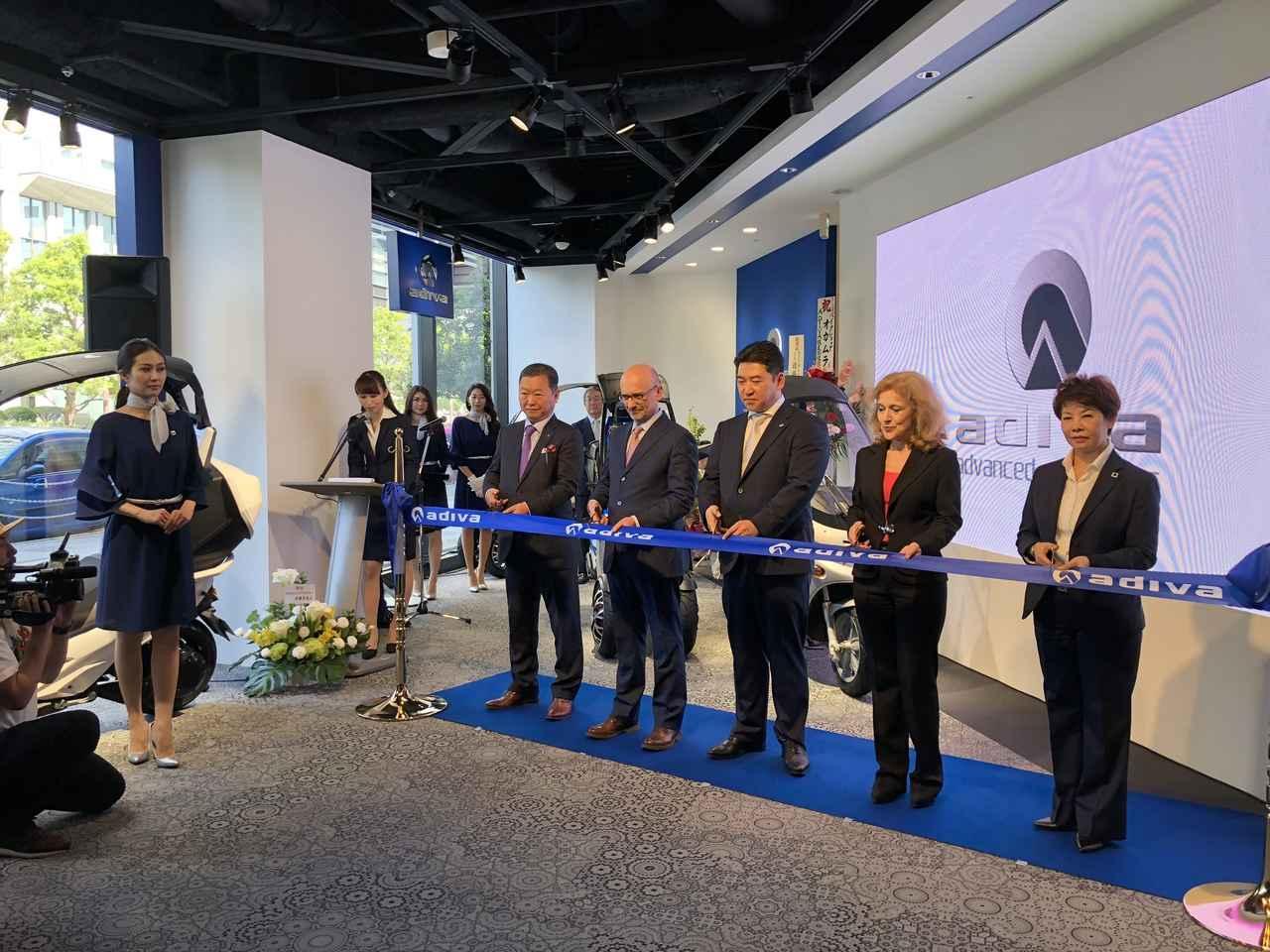 画像: ショールームオープンのテープカット 右から3人目が代表取締役の池田氏