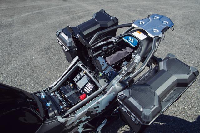 画像: 小物を収納できるトレイがシート下に配備され、さらにそれを開けると車載工具が姿を見せる。ETC車載器の取り付けには困らない。