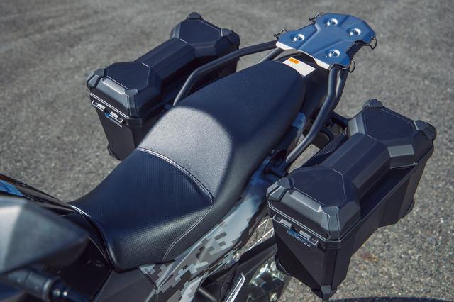 画像: 前席のみ表皮にパンチング加工が施され、しっかりグリップするダブルシート。座面も広めで、クッションにもコシがあり疲れにくい。