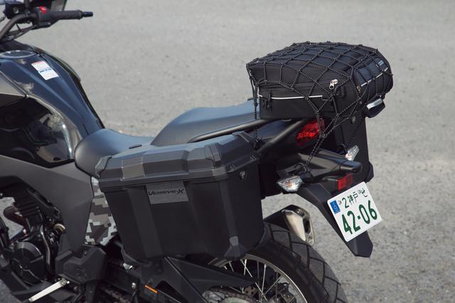 画像: シートと面一となるキャリアは、グラブバーを兼ねるフレームのほかリング状になった荷掛フックもあって荷物を固定しやすい。