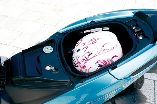 画像: 23.5L容量のトランクスペースはヘルメットを入れても収納に余裕がある。