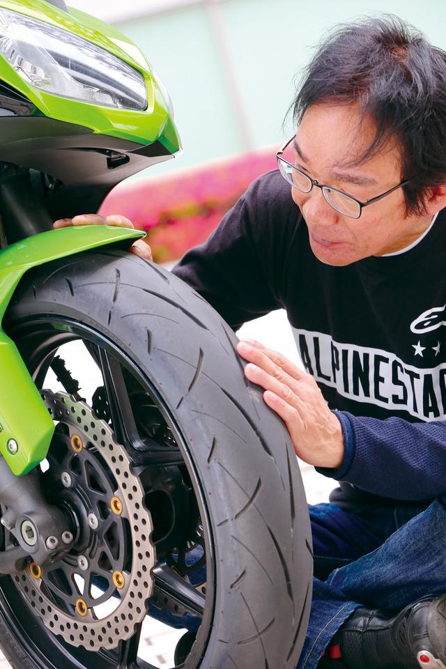 画像: フロントはトレッドラジアス(タイヤの断面形状)をチューニング。中間バンク角までは素直に反応し、深いバンク角で旋回性が増す特性になっている。