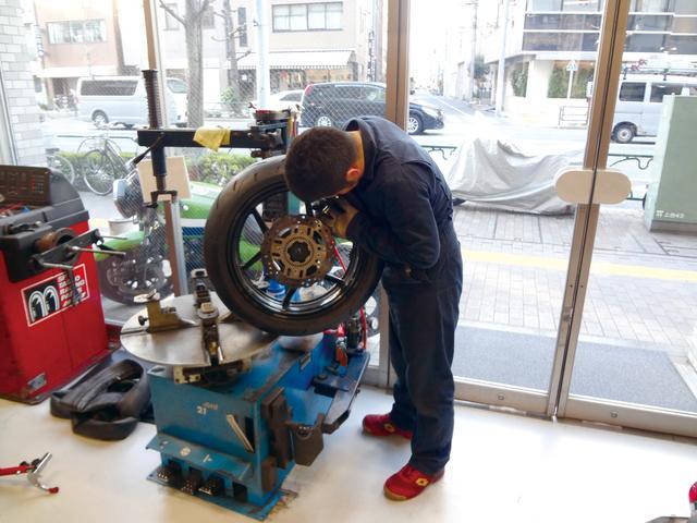 画像: タイヤの交換作業は豊富な経験を持つ専門ショップに任せるのが安心。このクラスはバランス取りも重要なので、専用の機械を備えたショップを選ぼう。