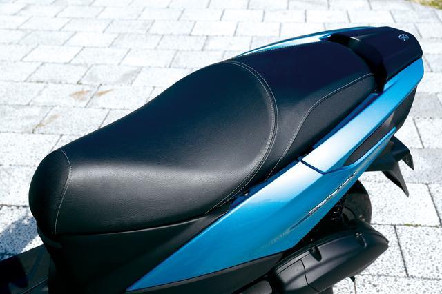 画像: ローシート採用でシート高は765㎜に抑え、足つき性の良さにも配慮している。