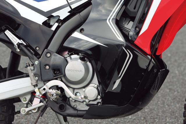 画像: 高速走行時も余裕ある加速を可能としたDOHC 4バルブ単気筒は、樹脂カウルで守られる。