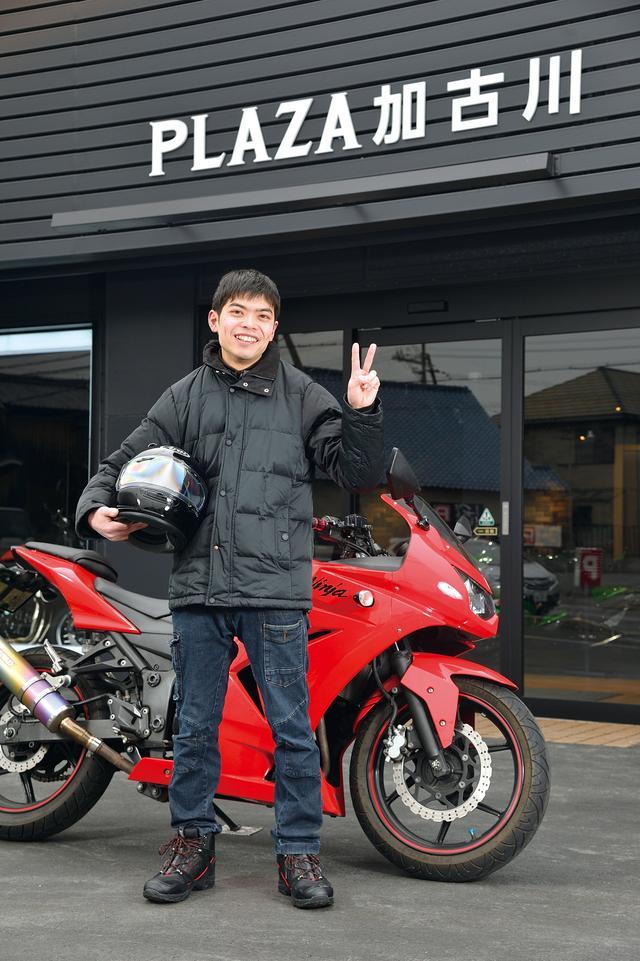 画像: 基本的に「黒」系のライディングジャケットを着ていることが多いという西村さん。上の写真は、いつもバイクに乗っている格好だそうです。