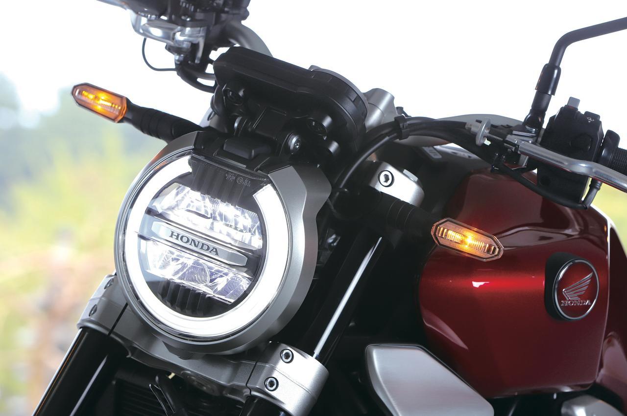 画像: 伝統的な丸形LEDヘッドライトをモダンにデザイン。ロービームとハイビームの間にはHONDAロゴのプレートがアクセントとして入る。