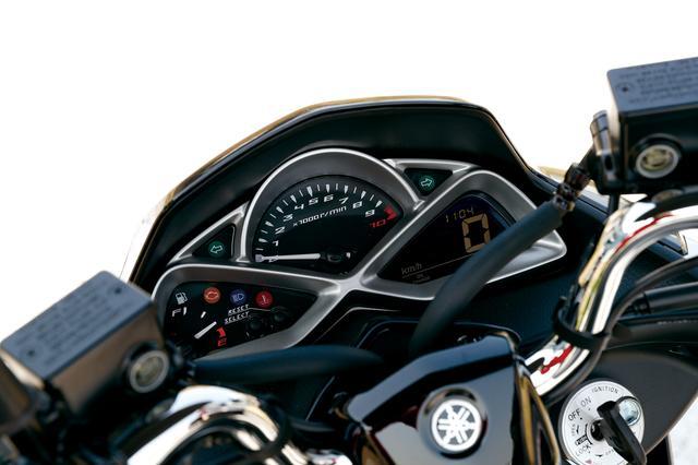 画像: ユニークなデザインのナセルを持つメーターは、アナログ式タコメーターと反転表示液晶のスピードメーターの組み合わせ。