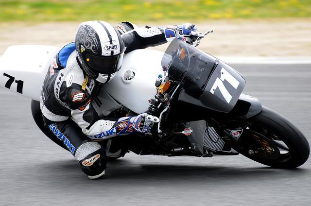 画像: いつものJSBレーサーみたいにはいかないから、暴れるマシンをねじ伏せて走る加賀山