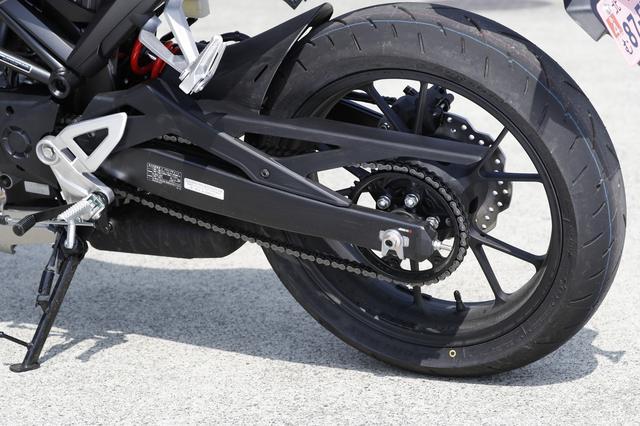 画像: リアタイヤもダンロップのラジアルタイヤを標準装備。 リアショックはイニシャル調整のないシンプルなモノサスを採用。