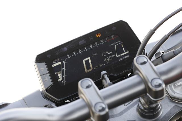 画像: 反転表示を採用した液晶のデジタルメーターはバーグラフ式タコメーターや シフトインジケーターを備える多機能タイプ。
