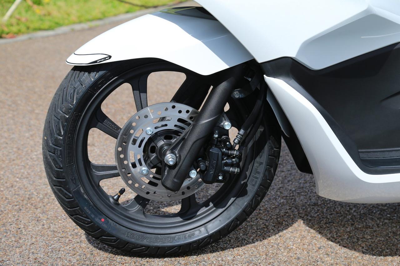 画像: 正立フォークに14インチホイールという組み合わせは変わらないが、 ホイールは新デザインとなり、タイヤサイズもワイド化された。