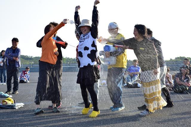 画像: 水かけでお祝いです(^^) (PHOTO:小松信夫)