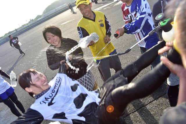 画像: ちょっと苦しいけど、もちろん嬉しい!!( ´ ▽ ` ) (PHOTO:小松信夫)