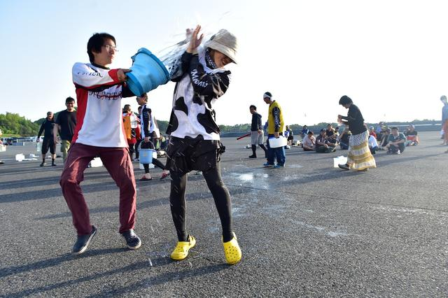 画像: バケツでかけられても全然構わない!( ´ ▽ ` ) (PHOTO:小松信夫)