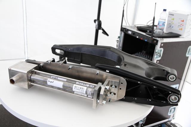 画像: デモ車にはフロント側からガスを放出するシステムが組まれていましたが、スイングアームに装着するタイプも開発されているとのことです。今後の展開に期待しましょう!