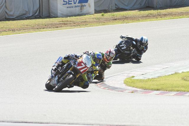 画像: レース中盤、松田がややポジションを下げて#71→#99→#77の順