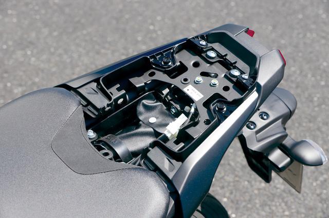 画像: タンデムシートを取り外すと、テールカウル内に車載工具や書類を収納できる程度の小さなユーティリティスペースが用意されている。