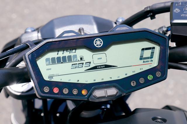 画像: コンパクトな液晶メーターパネル。右側に速度計、左側に燃料計や距離計、その中央にギアポジション表示を置き、下段に回転計を配置。
