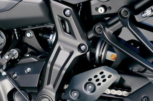 画像: リアサスはバネレートと減衰力を従来より高く設定。プリロード調整機能に加え、新たに伸側減衰力調整機能を追加した新型に変更。