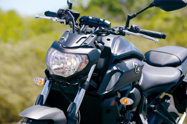 画像: ヘッドライトは形状変更されるとともに下部の左右にはウイングレットも追加。さらに造りも上質にされ質感も大きく高められている。