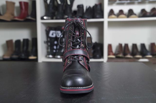 画像: ブーツ先端部分は厚みを抑えることで、デザイン性とシフト操作時の機能性を確保しています。ブーツを保護するシフトカバーも標準装備。