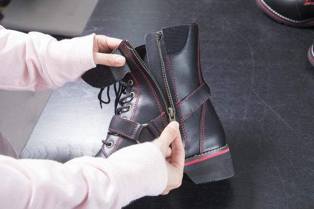 画像: 紐靴のフィット感と、ファスナー操作の利便性を両立。だから毎日履くのも苦になりません。