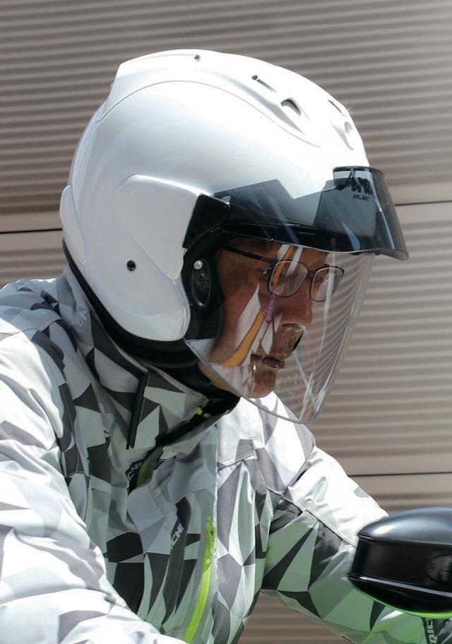 画像: サンバイザーはピーク(ひさし)としても機能。走行風を上側に逃がす形状なので高速道路走行でも不快な風圧は感じない。