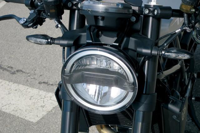 画像: ヘッドライトもレトロ調の丸型だが、ハイとローが上下に分離され、革新性を感じさせる。