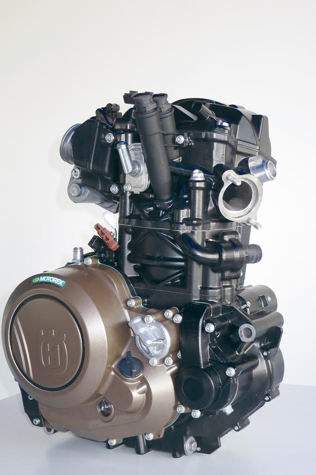 画像: ユーロ4適合で、マフラーがプリサイレンサーとファイナルサイレンサーを持つ。軽量かつハイパワーな693ccビッグシングルエンジンだ。