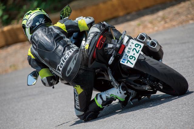 画像: コーナー途中に大きめのギャップがあったが、タイヤ全体がたわんで落ち着きが無くなるバイアス構造のネガは出ない。しかもバンクセンサーが接地してステップが畳まれるバンク角でも不安のないグリップ力を発揮する。
