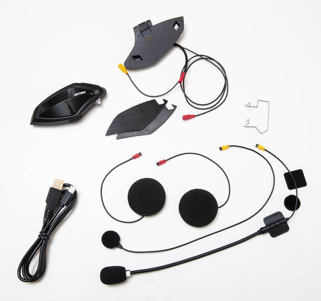 画像: ︎1セット分の同梱物。フルフェイス用マイクとオープンフェイス用フレキシブルマイクが1個づつ入っているのも親切。充電器は付属しないが、手持ちのUSB出力充電器を使えばOK。