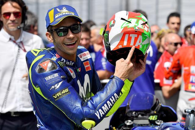 画像: 毎度おなじみムジェロスペシャルカラーのヘルメット 今年は控えめにイタリア国旗カラー