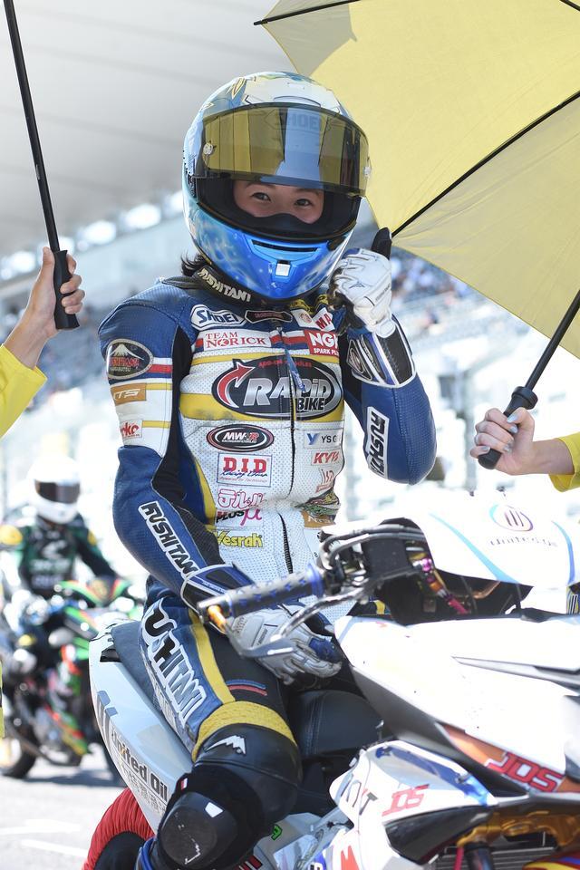画像: 私服の時はJK中のJK、って感じの美海ちゃん ツナギを着ると、レーシングライダー!